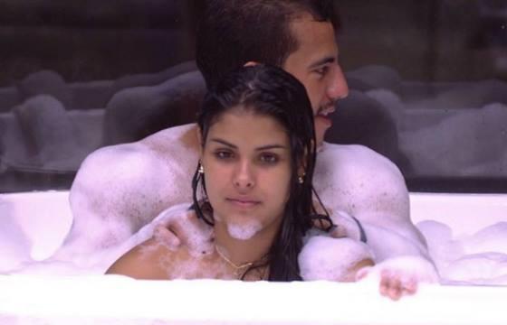 Matheus comenta boatos de sexo com Munik em banheira
