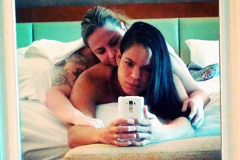 Lutadora baiana publica foto aparentemente nua com a namorada nas redes sociais