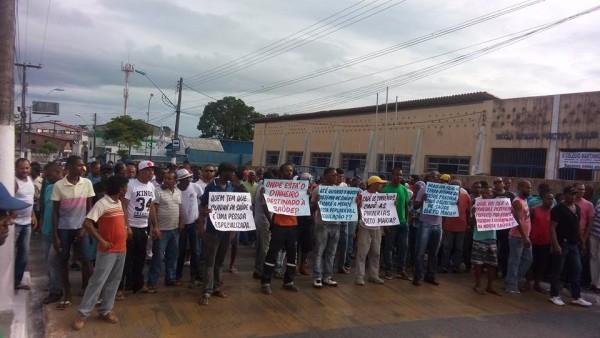 Parentes e amigos de Léo Balão fazem protesto durante sepultamento em São Francisco do Conde