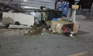 Moradores de Madre de Deus questionam a falta de coleta de lixo