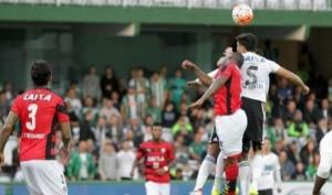 Vitória leva gol no fim, perde para o Coritiba e dá adeus a Sul-Americana