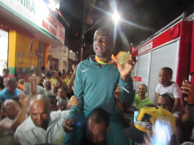 Candeias: Campeão paralímpico é recebido com festa; presença de políticos é vetada