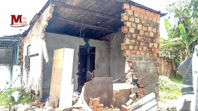 Parte de casa desaba após chuva forte em Madre de Deus
