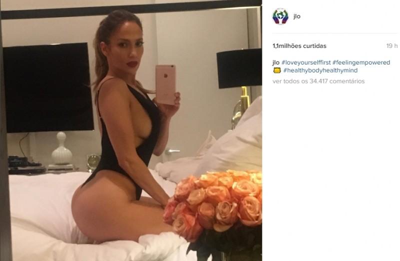 Aos 47 anos, Jennifer Lopez posta foto sexy na cama e bomba na web