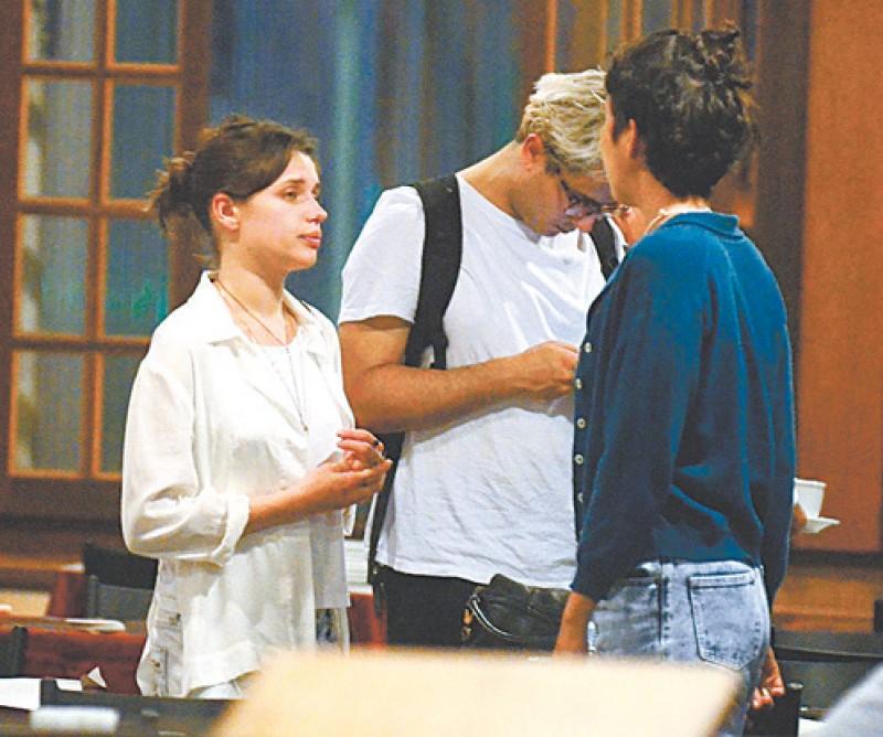Atriz da Globo é flagrada na maior intimidade com amiga
