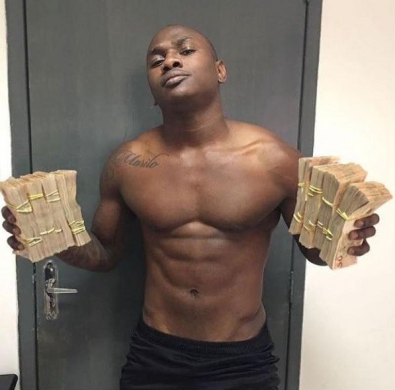 Jogador do Botafogo ostenta maços de dinheiro nas redes e revolta torcedores