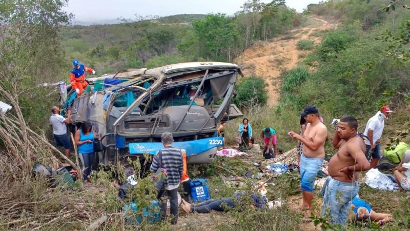 Ônibus de turismo tomba e deixa 6 mortos na BR-116