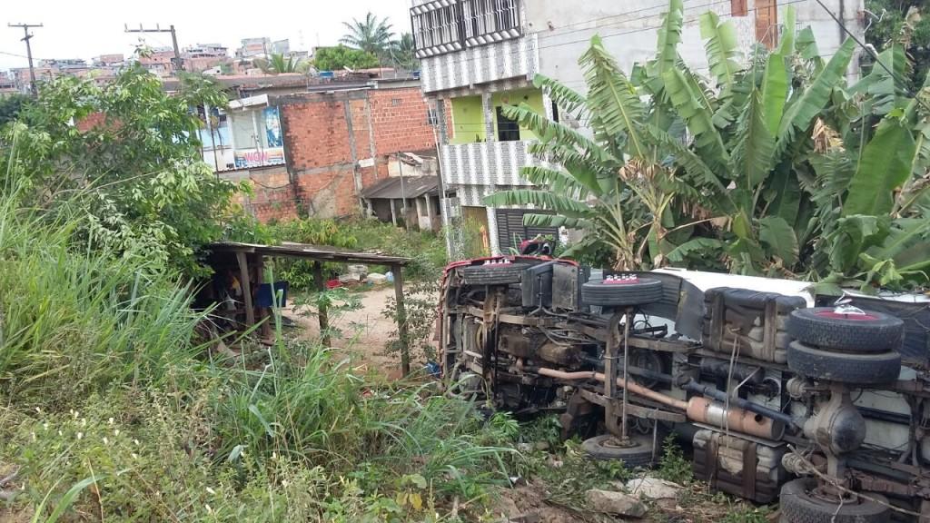 Caminhão-tanque cai em ribanceira na Urbis I