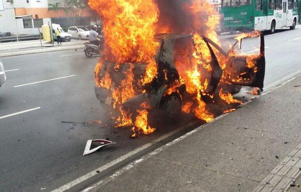 Carro de freiras pega fogo no Caminho das Árvores