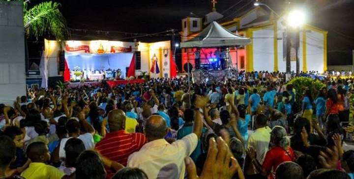 Fieis se reúnem para celebrar festa em honra a Nossa Senhora das Candeias
