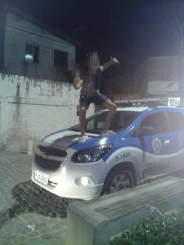 Mulher é detida após posar para fotos em cima de viatura da PM em Paripe
